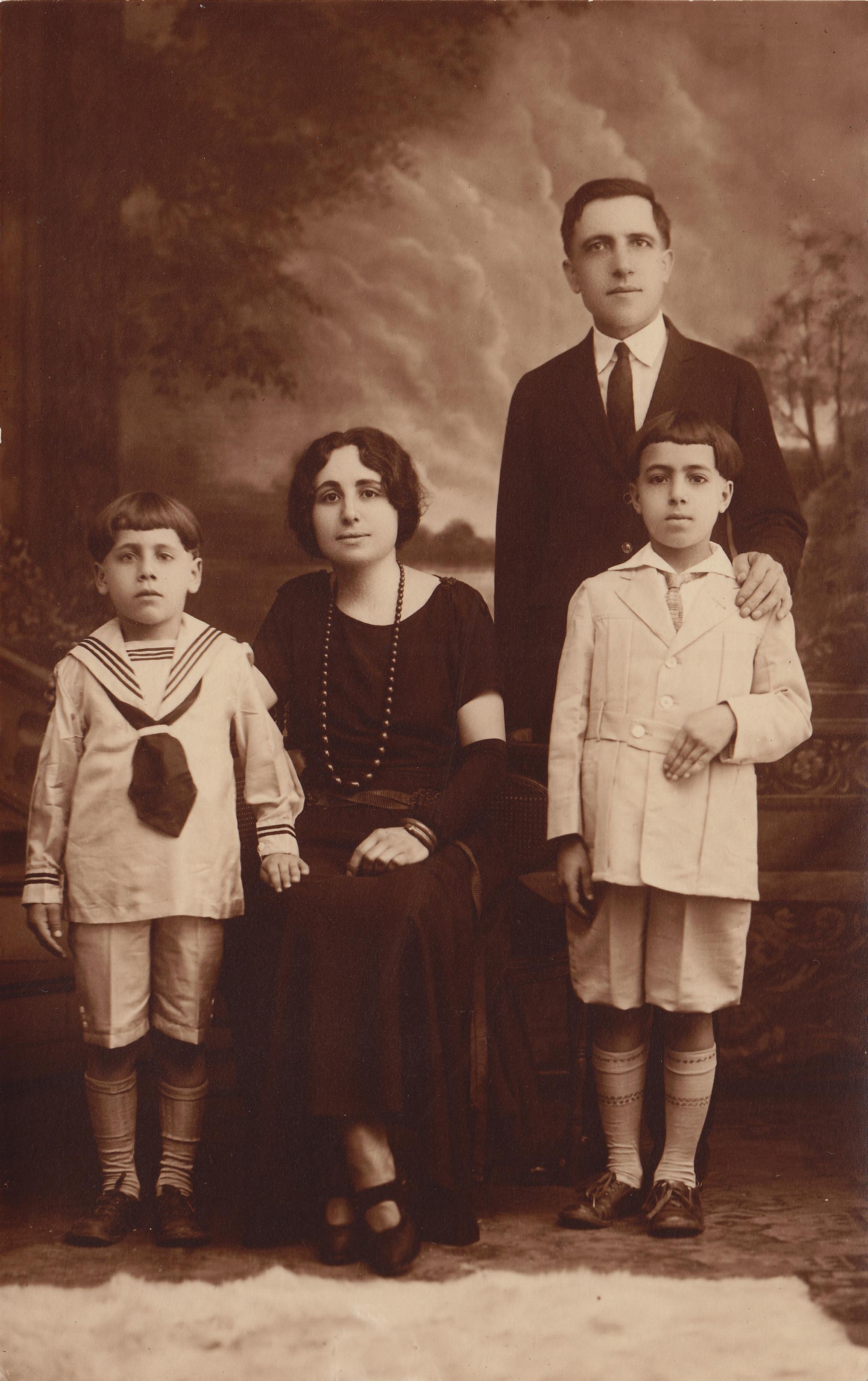 Vincenzo-Manfredi-Angelina-Marino-Manfredi-Guiseppe-Francesco-Manfredi-Giovanni-Francesco-Manfredi-NYC-1922
